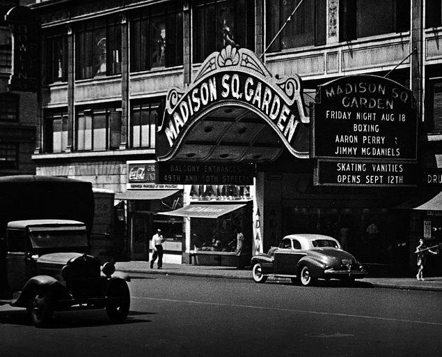 11. 1898'de, Madison Square Garden'da dünyaya ilk uzaktan kumandalı model botunu gösterir. Yani Tesla'ya uzaktan kumandalı uçaklar, arabalar ve botlar (ve hatta televizyonlar) için de teşekkür edebiliriz.
