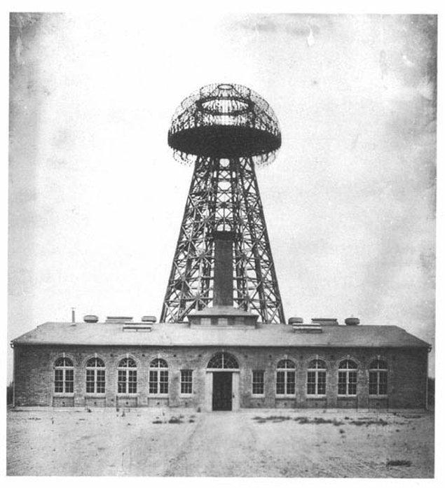 6. Tesla'nın rüyası, dünyaya bedava enerji sağlamak idi. 1900 yılında, yatırımcı J.P. Morgan'ın sağladığı 150 bin dolarla Tesla Telsiz Yayın Sistemi/Wardenclyffe adındaki kulenin yapımına Long Island, New York'ta başladı.