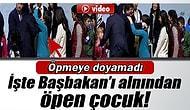 Başbakan Davutoğlu'nun Alnından Öpen Küçük Kız