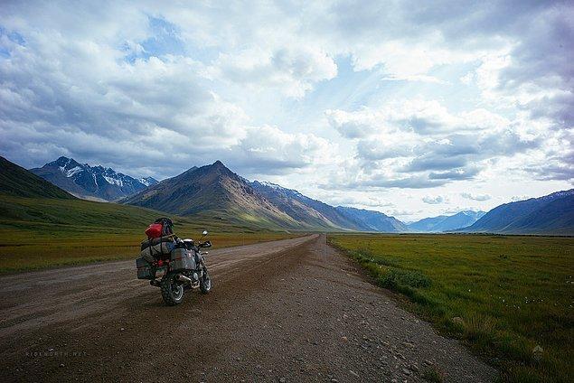 1. ''Atigun Pass, Alaska'nın en kuzey bölgesi, ulaşacağımız noktanın manzarası. Yola çıktığımızdan bu yana 8.000 kilometre. Buraya nasıl mı vardık?''