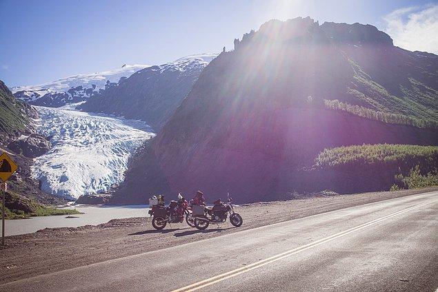 27. ''Yukarıya çıktıktan sonra ilk buzulu gördük. Şimdi gerçekten kuzeye varıyoruz. Yukon'un hemen güneyindeyiz.''