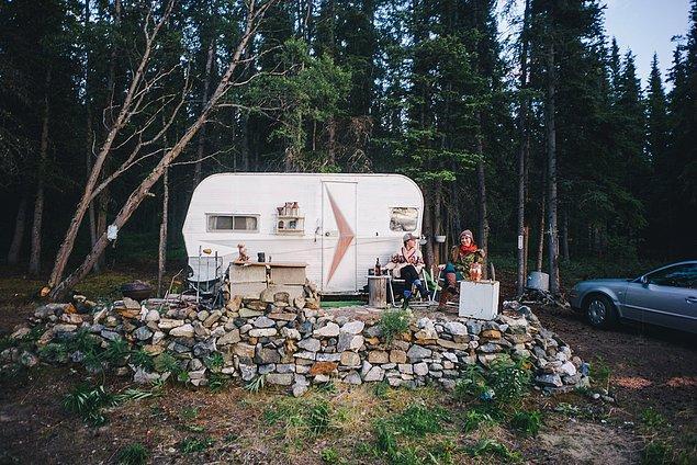 37. ''Gece için yeni Alaskalı arkadaşımızla kamp yaptık ve daha kuzeye doğru yol aldık. Ulaşmamız gereken bir Kuzey Kutup Dairesi vardı.''