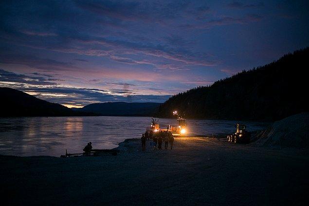 40. ''Yukon nehrini geçme zamanı. Bu kadar kuzeye vardık. Buradaki feribot 7/24 çalışıyor ve Alaska'ya gidebilmeniz için tek yol.''
