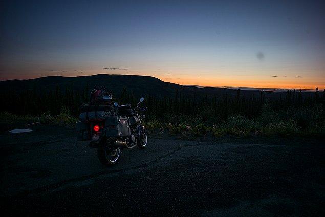 50. ''Gece 2.30 hala aydınlık ve çok güzel. Amerika'nın en tehlikeli yolunda, Arktik'e doğru yola çıktık. Dalton Otoyolu.''