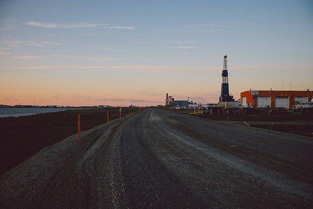 60. ''ABD'deki en büyük petrol sahası buradaydı. Hayrete düşmüş ve biraz da burada olmaktan dolayı kendimizi garip hissetmiştik. Bütün petrol makinelerinden, işçilerden ve güneşin hiçbir zaman batmamasından dolayı böyle hissetmiştik.''