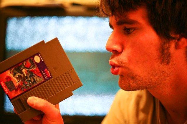 Atari kasedi takıldığında ekran hala maviyse kaset çıkarılır ve üflenerek tekrar takılır.