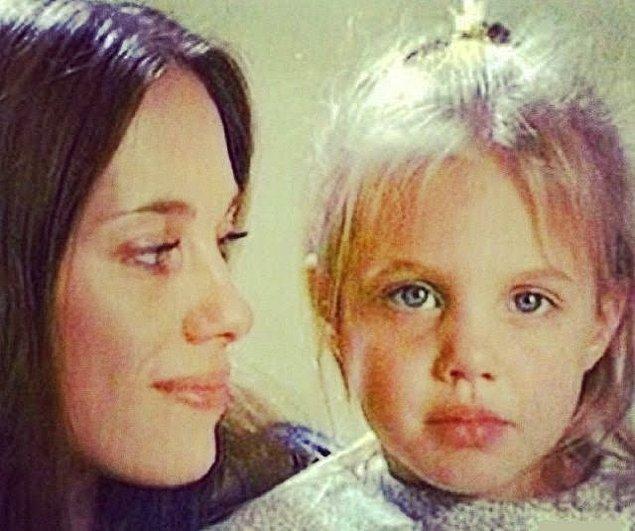 2. Minik Angelia Jolie annesiyle birlikte.