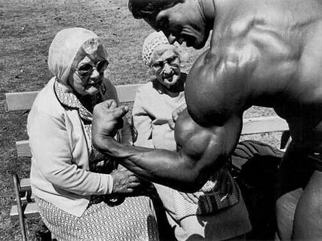 4. Arnold Schwarzenegger yaşlı hanımefendileri etkiliyor.