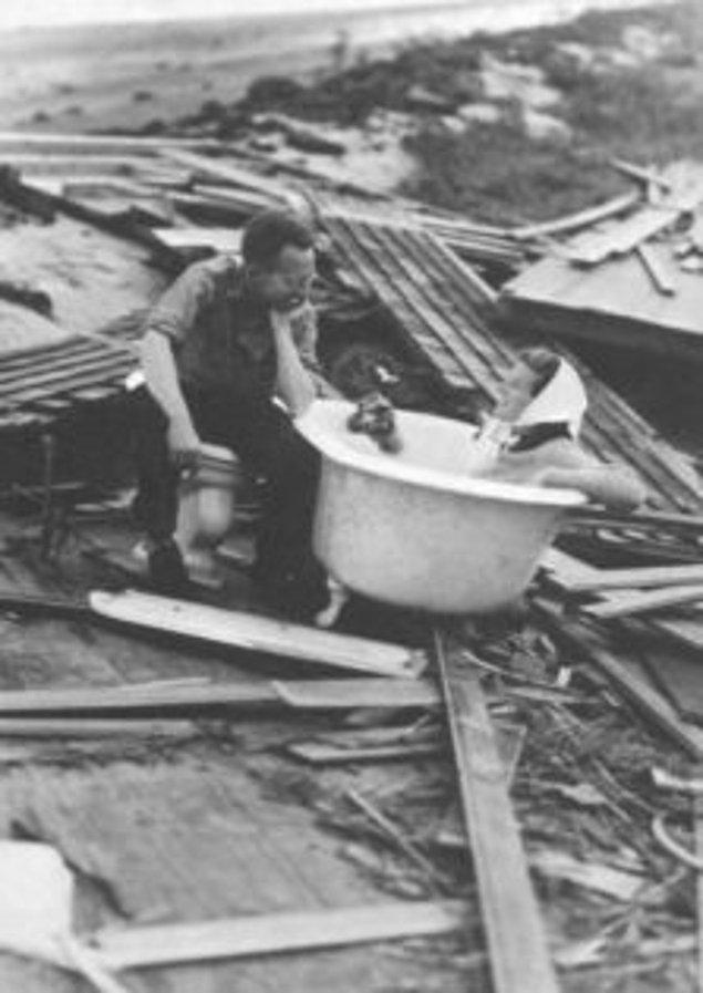 7. 1938'de yaşanan Büyük Fırtına'dan sonra Katherine Hepburn küvette otururken objektiflere yakalanmış.