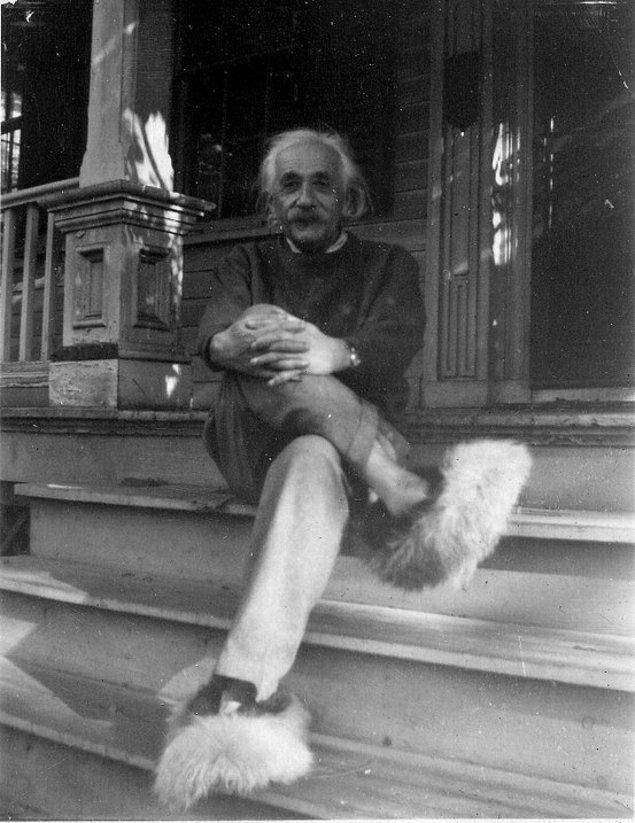 8. Farkını her zaman belli ediyor! Albert Einstein ve süpersonik terlikleri.