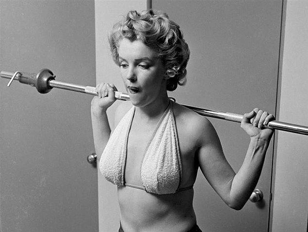 10. Havlu bikinisiyle spor yapan Marilyn Monroe