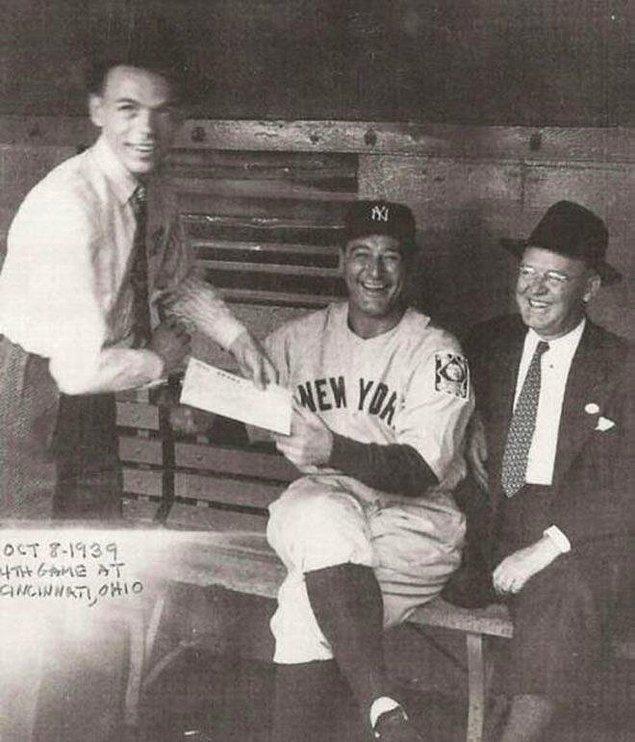 14. New York Yankees'in yıldızı Lou Gehrig'ten imza isteyen Frank Sinatra.