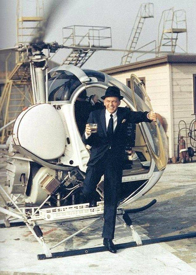1. Frank Sinatra elinde içkisiyle helikopterden iniyor.