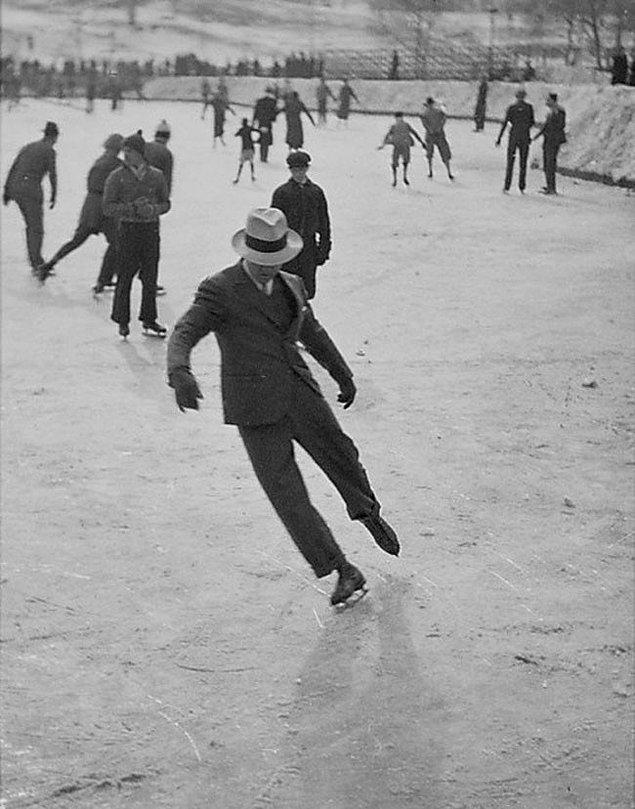 2. Takım elbisesiyle buz pateni yapan adam.