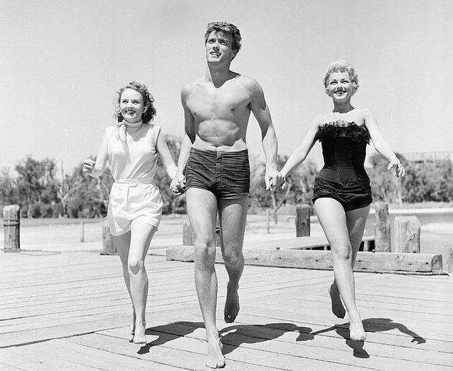 4. Clint Eastwood iki kadın oyuncu Olive Sturgess ve Dani Crayne ile San Francisco'da.