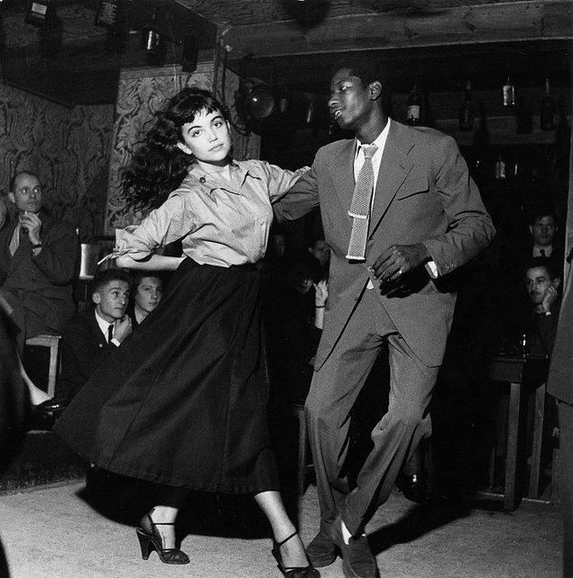 5. 1950'lerin 'Be Bop' müziği ile dans eden bir çift.
