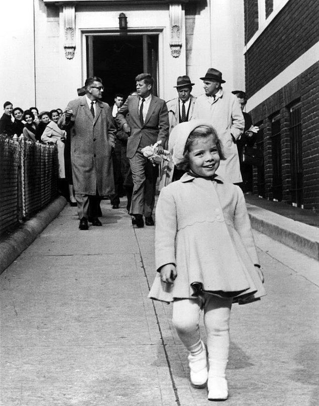 18. Caroline Kennedy önde yürürken, arkada yürüyen ve o zamanlar dünyanın en güçlü lideri kabul edilen babası onun oyuncak bebeğini taşıyor, 1960.