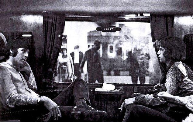 24. Bangor'a giden bir trende karşı karşıya oturan Paul McCartney ve Mick Jagger, 1967.