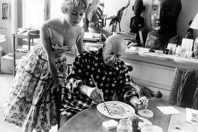 29. Brigitte Bardot, Pablo Picasso'nun Cannes yakınlarında bulunan stüdyosunu ziyaret ediyor, 1956.