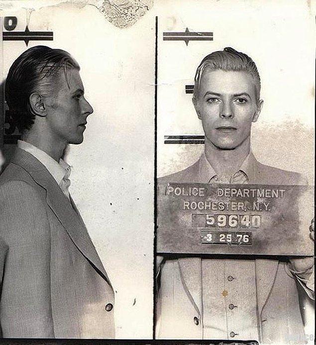 35. David Bowie'nin sabıka fotoğrafı.