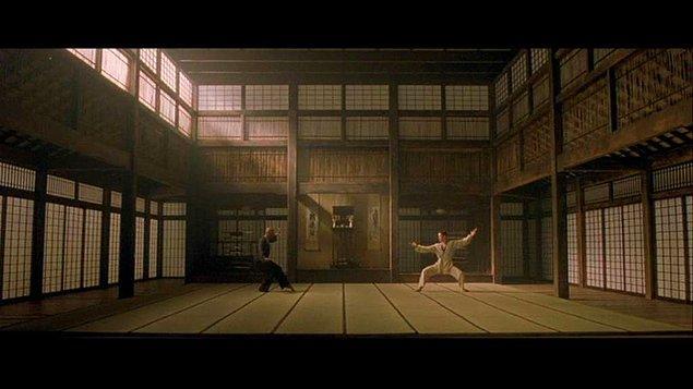 13. Fark ettiyseniz Matrix sahneleri hep yeşil tonda, gerçek dünyadaki kısımda da normal renkler hakim. Bunlardan tek değişik ton sarı olarak Morpheus ve Neo'nun birbirini patakladığı karate sahnesinde kullanılmış.