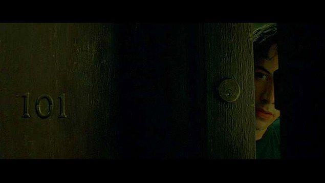14. Neo'nun kaldığı 101 numaralı oda, George Orwell'ın 1984 adlı romanında sistem karşıtlarının gönderildiği işkence odası olan 101 numaralı odaya gönderme.