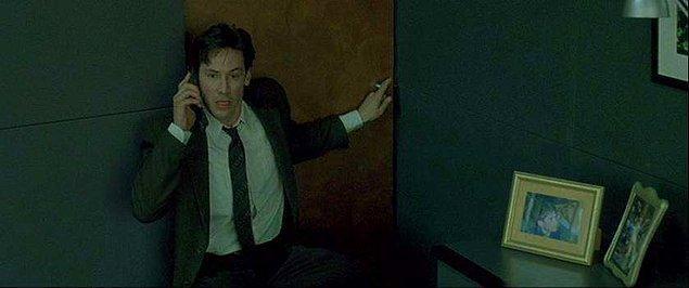 16. Morpheus'la ilk telefon görüşmesini yaptığı sahnede gerçekten de 34 kat yukarıdaki camın dışına çıkmış manyak Keanu. Dublör falan olmaksızın.