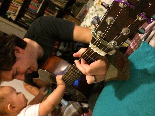 7. ''Bebeğimin gitar çalan eşimi tatlı bir şekilde rahatsız etmesi kadar romantik bir şey yok.''