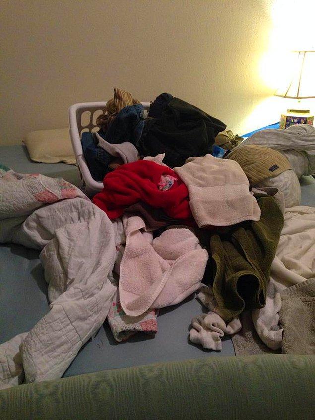 14. ''Romantizm, kimsenin odaya dalmaması umarak, yataktan faydalanabilmek için kıyafetleri katlamaktır.''