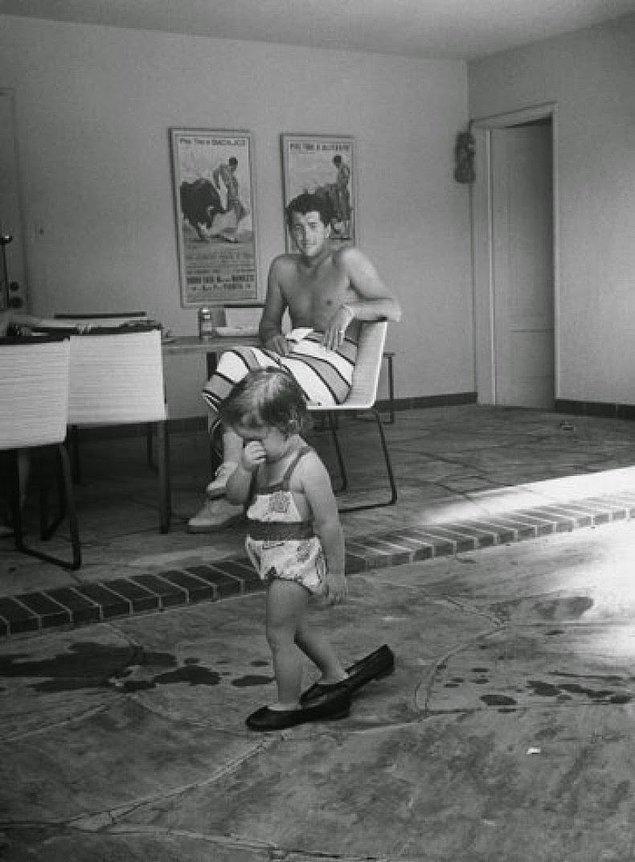 3- Aktör ve şarkıcı Dean Martin ve kızı Gina Caroline, 1958.