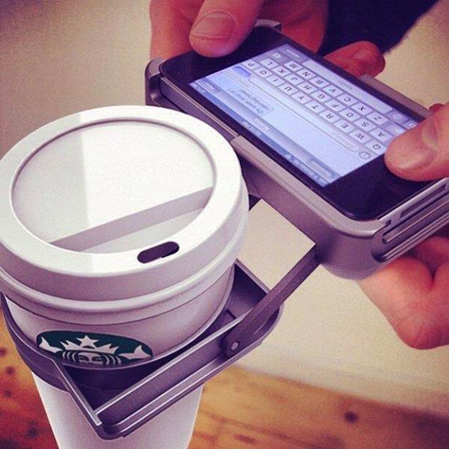 1. Bazen mesajlaşırken iki elinizi de kullanmanız gerekebilir ve bu yüzden Lattenizi tutamayabilirsiniz.