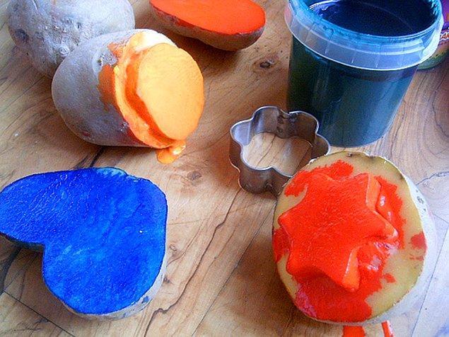 4. Başlı başına patates baskının bir resim yöntemi olarak kullanılmasıyla bize çok yönlülüğün erdemini gösterir patates.