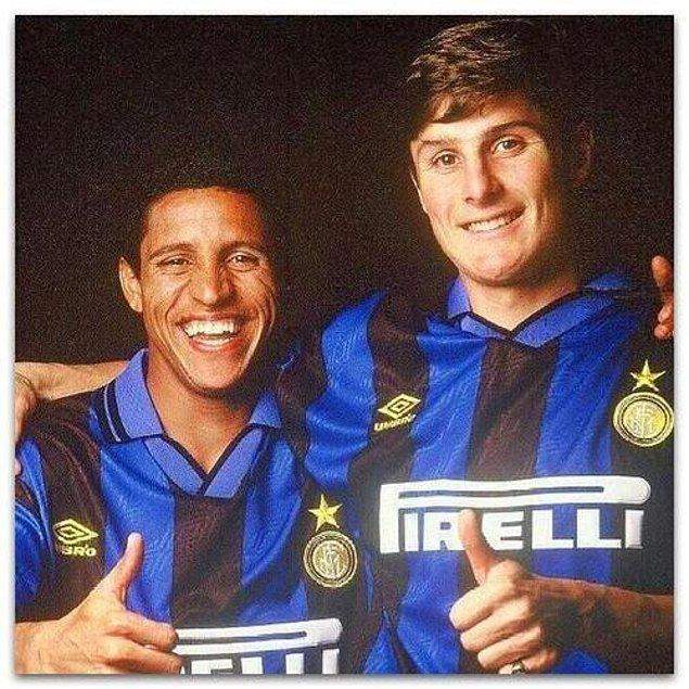 25. Inter'e aynı zamanda transfer olan Roberto Carlos ve Zanetti. Birisi takımdan ayrılıp dünyanın en iyi sol beklerinden oldu, diğeri sağ bek olarak Inter efsanesi