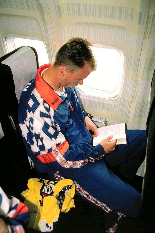 """28. Uçaktan korkan """"Uçamayan Hollandalı"""" lakaplı Dennis Bergkamp, uçaktayken"""
