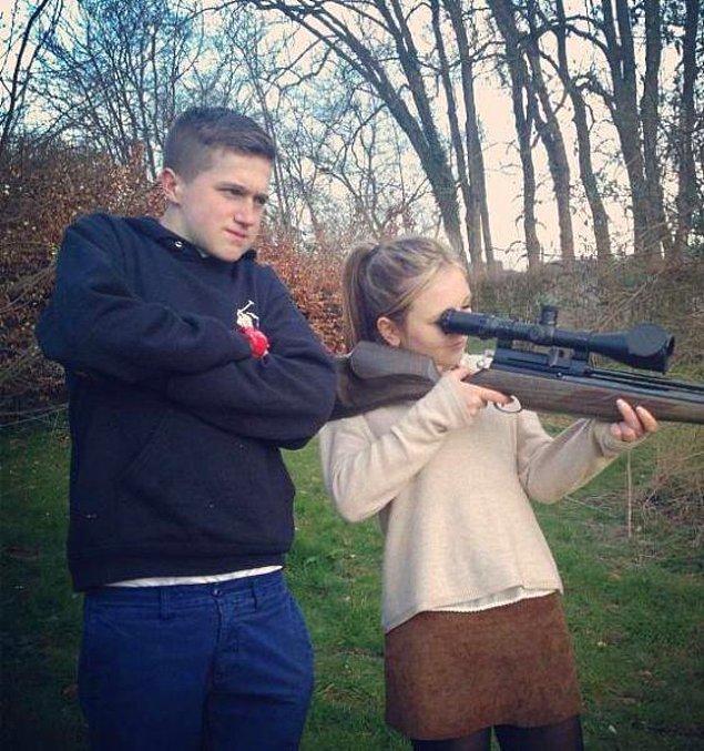 16. Omzuna dayasa bile silahın tepmesini karşılayamayacak kardeşine engel olmadığına göre onu sevmiyor olmalı