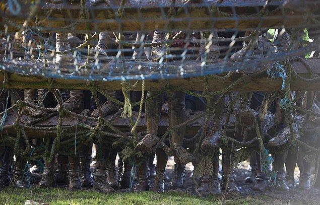 5. Yarışmacılar kargo ağı gibi engellerle uğraşıyor.