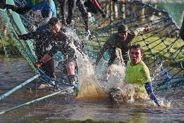 18. Suya atlayan bazen de düşen sert adamlar.