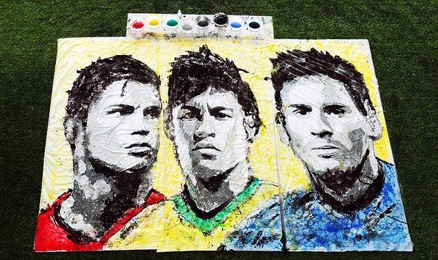 2014 Dünya Kupası için futbol topu ile yaptığı 3 ünlü futbolcunun portresi