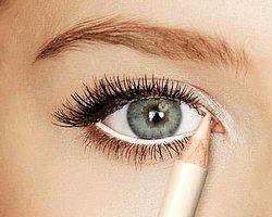 1.Göz içine beyaz veya ten rengi bir kalem kullanmak gözlerinizi olduğundan büyük göstermesini sağlayacaktır.