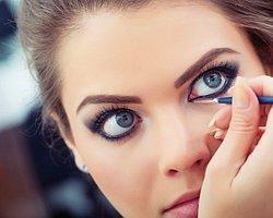 7.Kaşlarınız veya gözleriniz birbirinize yakınsa kaşlarınızın tam ortasına süreceğiniz beyaz kalem bu görünümü azaltacaktır.