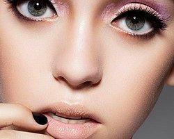 8. Gözlerinizin daha yuvarlak görünmesini istiyorsanız göz kapağınızın tam ortasına beyaz kalem sürmek gözlerinizi olduğundan yuvarlak gösterecektir.