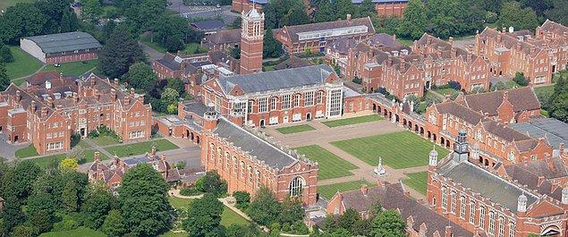 Okulun adı Christ's Hospital College. Okulda 10-11 yaş arasında başlayan yatılı eğitimin süresi 7 yıl, yani Hogwarts'la birebir aynı.