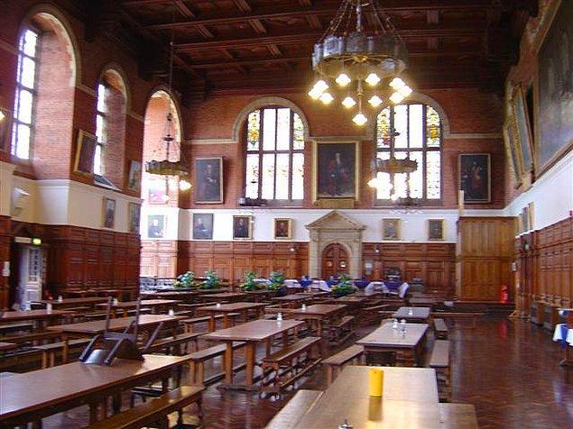 Okulda Hogwarts'taki gibi büyük bir yemek salonu var; öğrenciler uzun sıralara yan yana oturuyor ve öğretmenler salonun ucunda bir üst platformda duruyor.