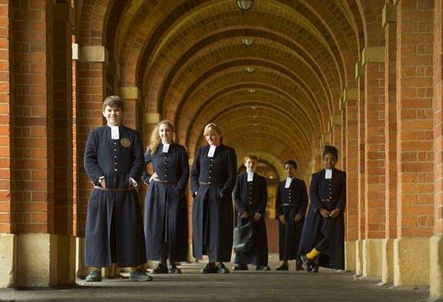 Okulun açıldığı tarih olan 1552'den beri üniforma tarzları değişmemiş, orta çağ havası olduğu gibi korunmuş. Yağmurlu havalar için pelerinleri de mevcut.
