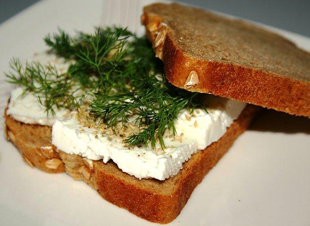 4. Mutlaka kahvaltı yapın. Yağlı/salçalı şeylerden uzak durun. Sizin durumunuz için en ideali peynir ekmek olacaktır.