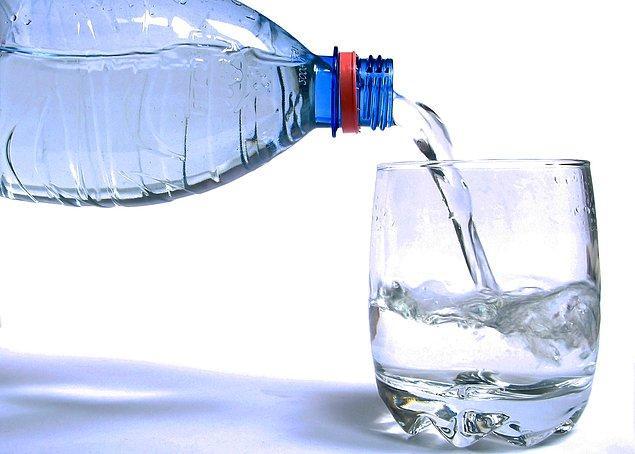 2. Bol bol su için. Vücunuzdaki alkolü dışa atmanıza ve dün gece kaybettiğiniz sıvıyı geri kazanmanıza yardımcı olacaktır.