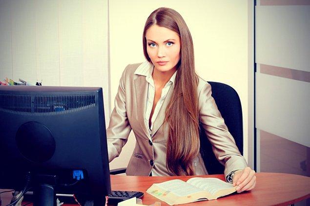 10. Hem güzel, hem bekar, hem de zeki olan ofisin göz bebeği kadın.