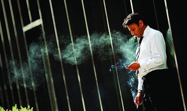 9. Yarım saatte bir sigara içmek için dışarı çıkan dertli tip.