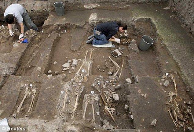 2. Azteklerde mezarlık diye bir şey yoktu, genellikle ölülerini evlerinin altına gömüyorlardı.