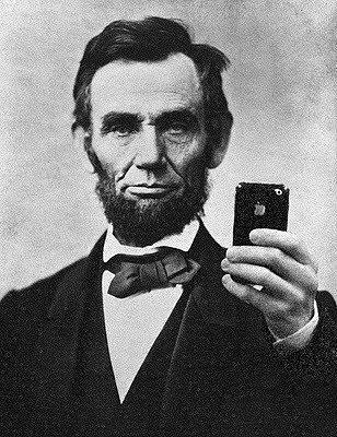 """Yapılan bir araştırmaya göre, profil sayfalarına çok sayıda""""selfie"""" yükleyen erkek kullanıcıların, psikopat ve narsistik kişilik bozukluğuna sahip olma olasılığı çok yüksek."""